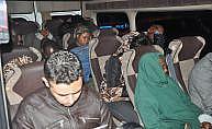 Hatay Altınözü'de minibüsten 32 kaçak göçmen çıktı