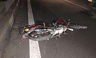 Motosikletle tıra çarpan çocuk öldü