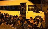 15 kişilik minibüsten 54 kaçak göçmen çıktı