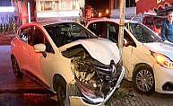 Pendik'te iki araç böyle çarpıştı