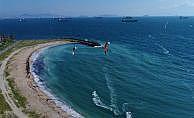 Yeşilköy Sahili'nde uçurtma sörfünün tadını çıkardılar