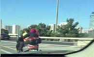 Motosiklete bebeğiyle binen çiftin tehlikeli yolculuğu