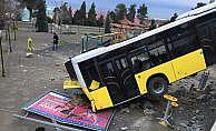 Belediye otobüsü çocuk parkına düştü